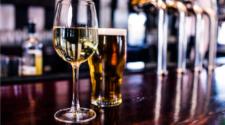 Informe advierte rastros de herbicida en cervezas y vinos